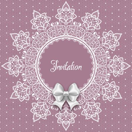 Carte de mariage ou modèle d'invitation avec un cadre rond en dentelle en filigrane et un noeud en satin blanc