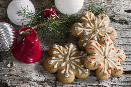 Wood bark background with christmas decoration, pine branch and gingerbread cookies Reklamní fotografie