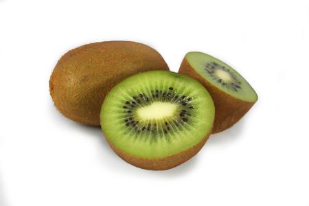 kiwi fruta: kiwi aislado en el fondo blanco