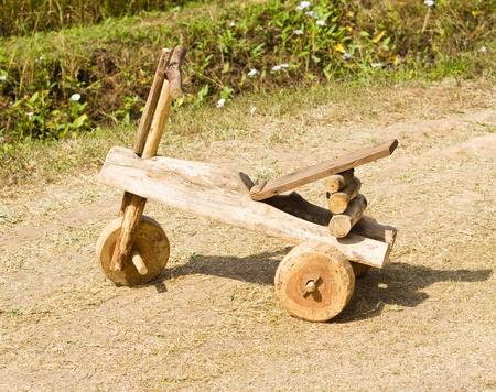 Zabawka samochód wykonany z drewna.