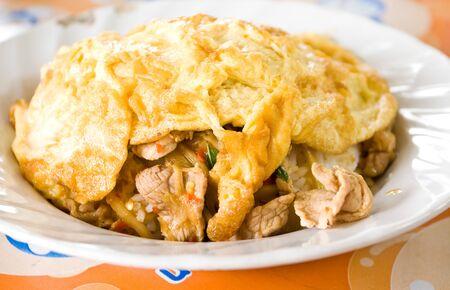 Fried Pork z liści bazylii z ryżem z Omelette
