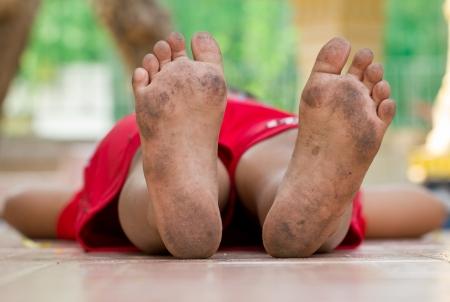 Brudne nogi, chÅ'opak po sztuce Zdjęcie Seryjne