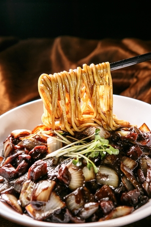 Jajangmyeon, fideos negro-frijol-salsa Foto de archivo