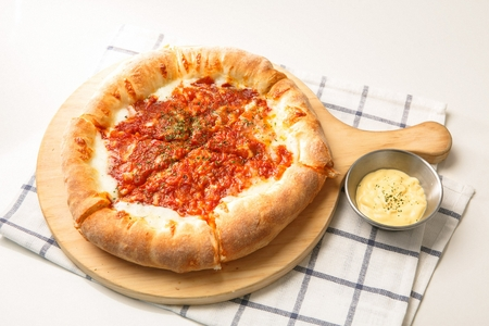 シカゴ スタイルの深皿のチーズのピザ 写真素材
