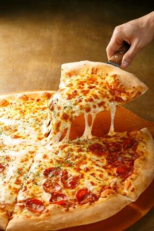 木の板にペパロニピザ