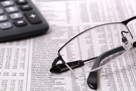 Informations papier journal avec la calculatrice et des lunettes