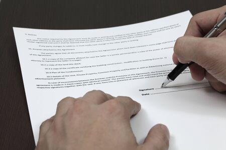 cuadro sinoptico: Hombre de negocios de firmar un contrato
