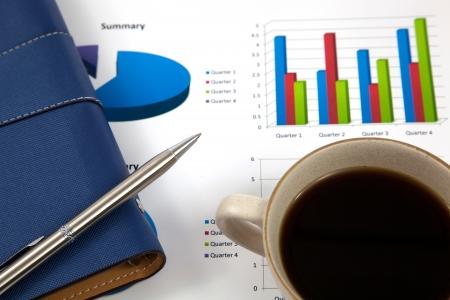 informe comercial: Informe de negocios con la taza de caf� Foto de archivo