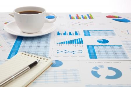 cuadro sinoptico: Informe de negocios con la taza de caf� Foto de archivo
