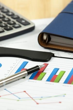 Graphiques financiers et les tableaux avec la calculatrice Banque d'images