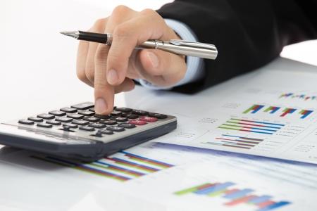Main avec rapport de finance et de comptabilité d'entreprise.