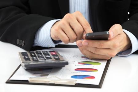Businessman Hand zeigt Finanzbericht Standard-Bild - 22645239