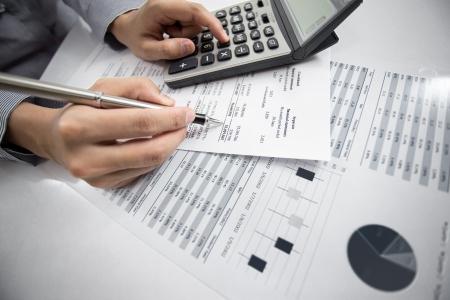 femme main avec le stylo et le rapport d'activité