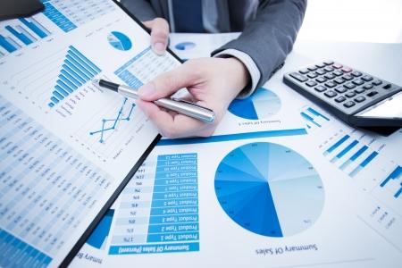 man hand met pen en zakelijk verslag Stockfoto