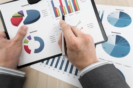 테이블에 금융 성공을 보여주는 비즈니스 차트