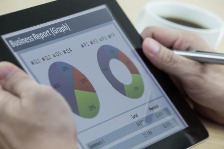 homme d'affaires travaillant sur tablette numérique au bureau Banque d'images
