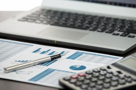 Homme d'affaires analysant les graphiques d'investissement avec un ordinateur portable