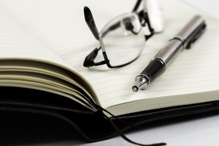 ordinateur portable avec des lunettes et un stylo sur la table