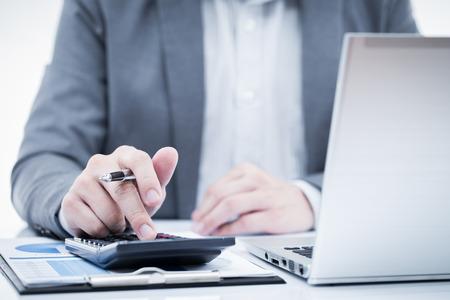 contabilidad financiera cuentas: Negocios que analiza listas de inversi�n con el ordenador port�til. Contabilidad