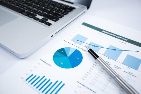retour: Zakenman analyseren investering grafieken met laptop. Accounting