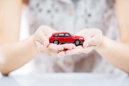 Femme tenant la main avec voiture rouge Banque d'images