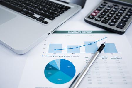 Homme d'affaires d'analyser les graphiques d'investissement avec un ordinateur portable. Comptabilité