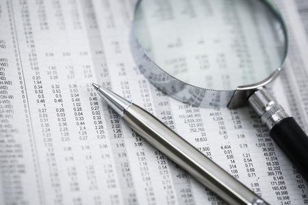 Stylo à bille reposant sur figures.Accounting monde de monnaie