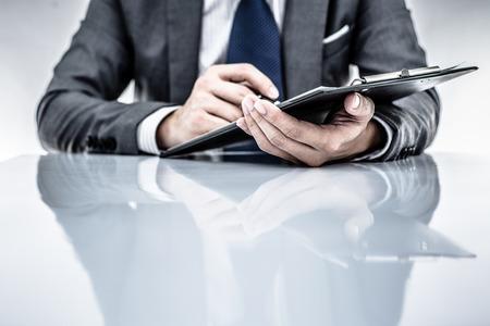 informe comercial: informe de negocio y mano. Contabilidad Foto de archivo