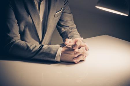 lenguaje corporal: Primer plano de un hombre en un traje con las manos cruzadas delante Foto de archivo