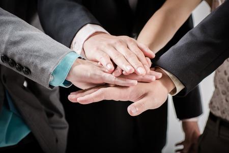 Groupe d'affaires avec les mains jointes - les concepts d'équipe Banque d'images