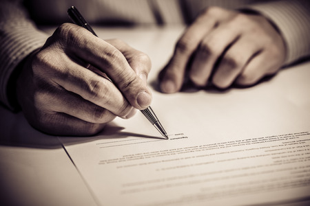 documentos legales: la firma de contrato de financiación Foto de archivo