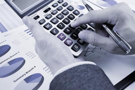informe comercial: mano del hombre con la pluma y el negocio informe. Contabilidad