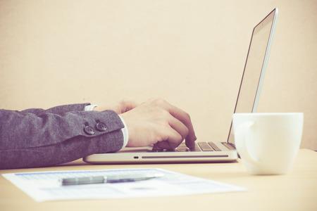 fondos negocios: Negocios que analiza listas de inversi�n con el port�til. Contabilidad Foto de archivo