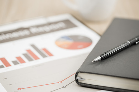cuadro sinoptico: Informe de la empresa. Taza de caf� y de documentos.