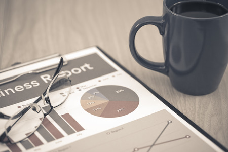 cuadro sinoptico: Business report. Cup of coffee and document. Foto de archivo
