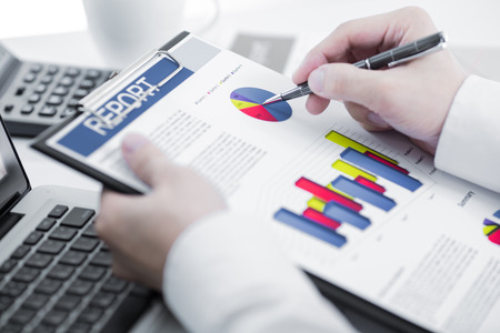 Homme d'affaires analysant les graphiques d'investissement avec un ordinateur portable. Comptabilité Banque d'images - 31691882