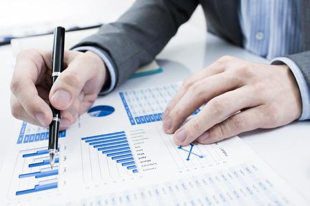 Homme d'affaires analysant les graphiques d'investissement. Comptabilité