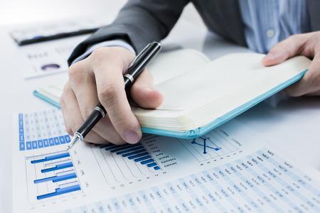 crecimiento personal: Empresario analizar tablas de inversión. Contabilidad
