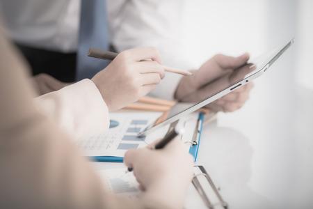 contabilidad financiera cuentas: La gente de negocios que discuten los cuadros y gr�ficos que muestran los resultados de su buen trabajo en equipo