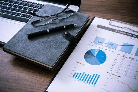 Mostrando empresa y el informe financiero. Contabilidad Foto de archivo - 35709944