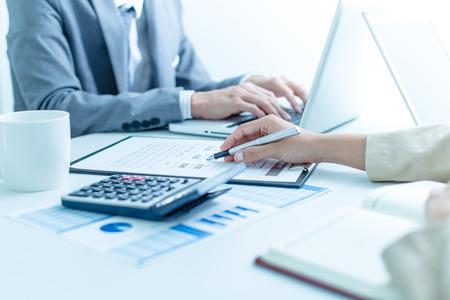 Bedrijfsmensen die de grafieken en de grafieken bespreken die de resultaten van hun succesvol groepswerk tonen Stockfoto