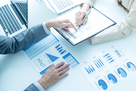 Les gens d'affaires discutent des diagrammes et des graphiques montrant les résultats de leur travail d'équipe réussi Banque d'images - 36144843