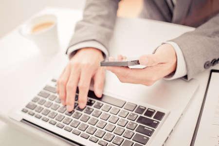 recursos financieros: negocio, la tecnolog�a y el concepto de Internet - cerca de las manos del hombre con el caf� y el ordenador port�til