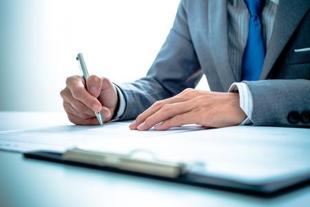 seguros: Hombre de negocios que se firma un contrato Foto de archivo