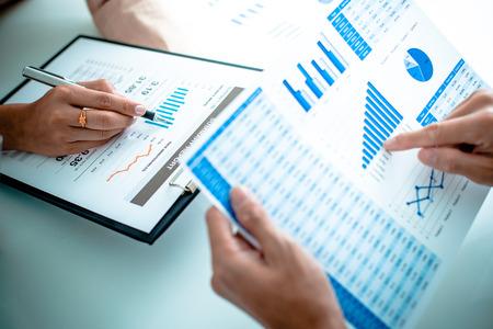 Les gens d'affaires discutent des diagrammes et des graphiques montrant les résultats de leur travail d'équipe réussi Banque d'images - 36704612