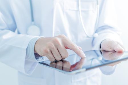 Doktor der Arbeit an einem digitalen Tablette Standard-Bild