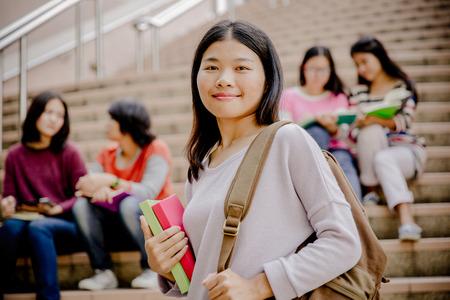 estudiantes de secundaria: feliz grupo de adolescentes estudiantes de secundaria al aire libre