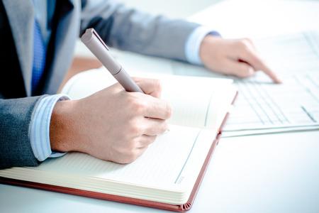 contabilidad: Hombre de negocios An�lisis. Contabilidad Foto de archivo