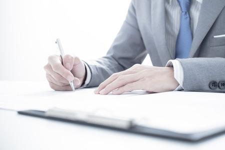 Geschäftsmann, die Unterzeichnung eines Vertrags