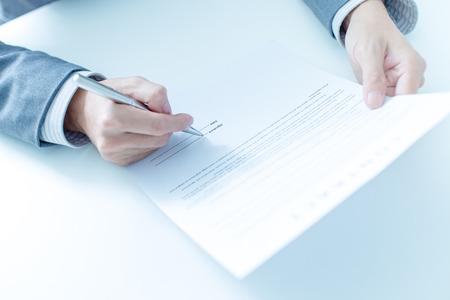 firmando: Hombre de negocios que se firma un contrato Foto de archivo